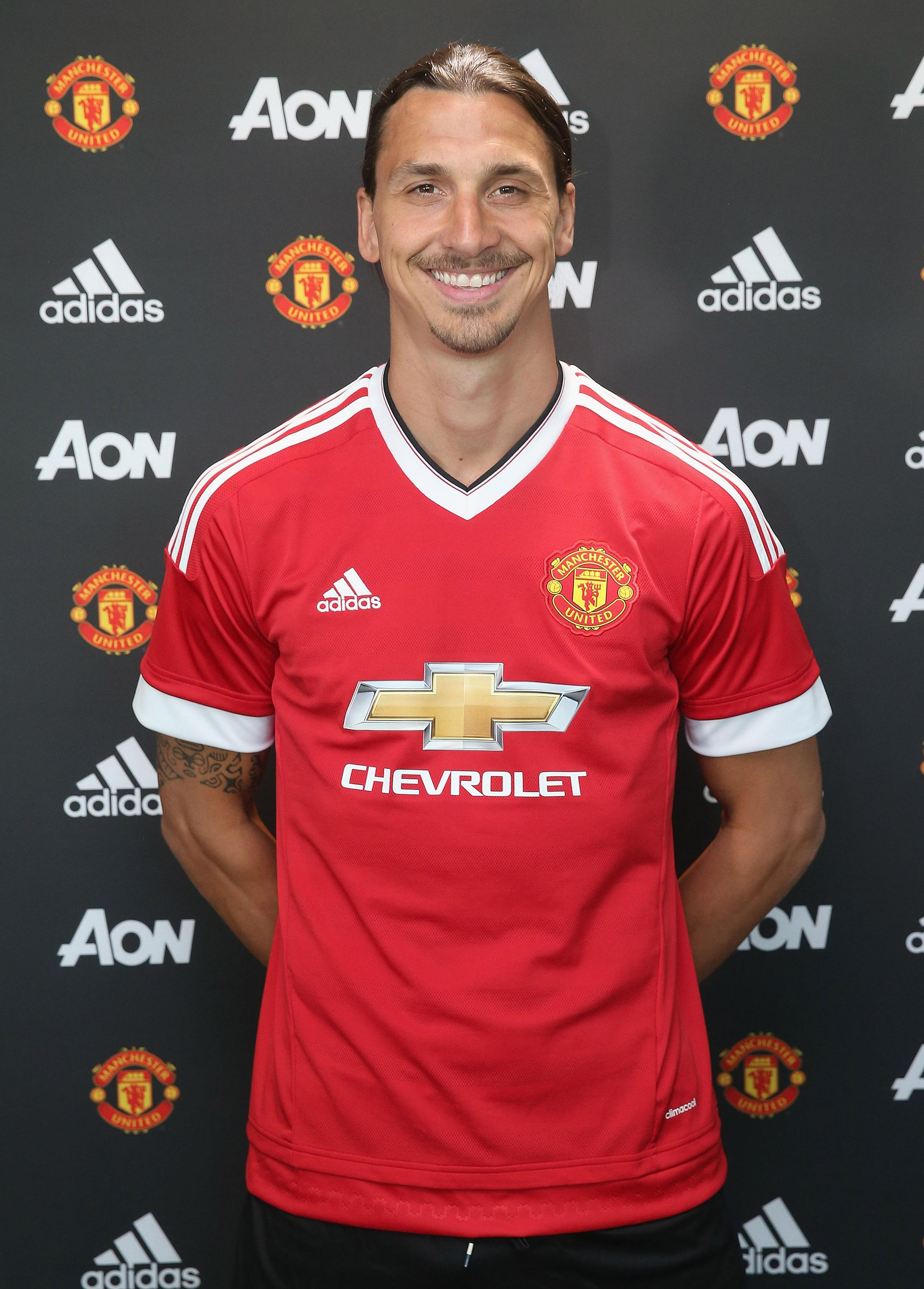 e6e7576ef Manchester United sign striker Ibrahimovic