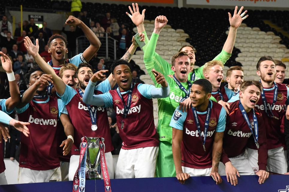 West Ham celebrate winning 2015/16 Under-21 Premier League Cup
