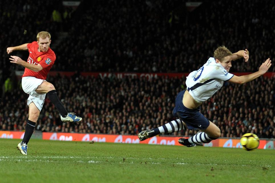 Paul Scholes shoots on goal