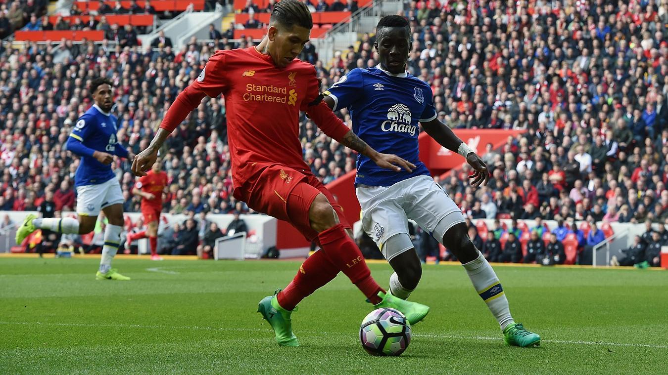 Roberto Firmino of Liverpool takes on Everton's Idrissa Gueye