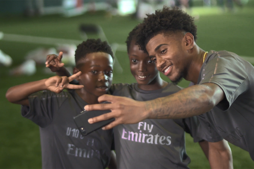 Reiss Nelson takes a selfie with Brando and Teshaun